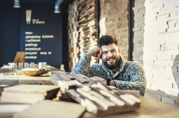 """Adrian Banaszek - właściciel dwóch firm zajmujących się drewnem: stolarskiej """"This is wood"""" oraz projektowej """"Barch"""". Miłość do drewna zaszczepili w nim - w Borach Tucholskich - Kociewiacy."""