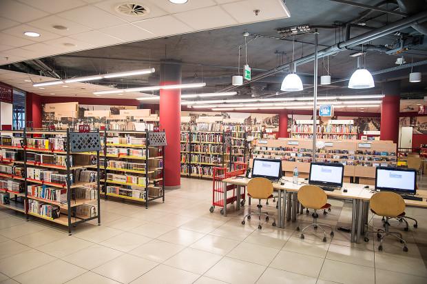 Księgozbiór wzbogacił się przy okazji remontu w mnóstwo nowości wydawniczych. Aby je pomieścić i udostępnić czytelnikom, ustawiono sześć dodatkowych regałów - będzie zatem w czym wybierać.
