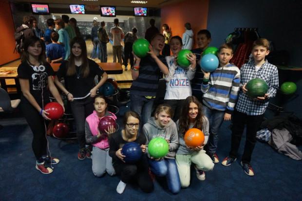 Gra w bowling to sprawdzony sposób na grupowe wyjście, także z najmłodszymi.