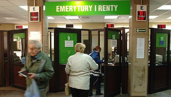Emeryci są przyzwyczajeni do załatwiania spraw, opłacania rachunków i pobierania emerytury osobiście i w gotówce.