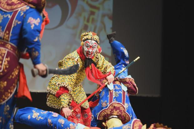 Bardzo duże umiejętności akrobatyczne podziwiać można było już podczas pierwszego fragmentu, poświęconego Małpiemu Królowi (na zdjęciu).