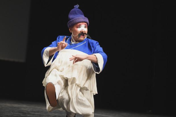 Sprawności imponował też Tan Yuan, grający ulicznego sprzedawcę placków w przysiadzie.