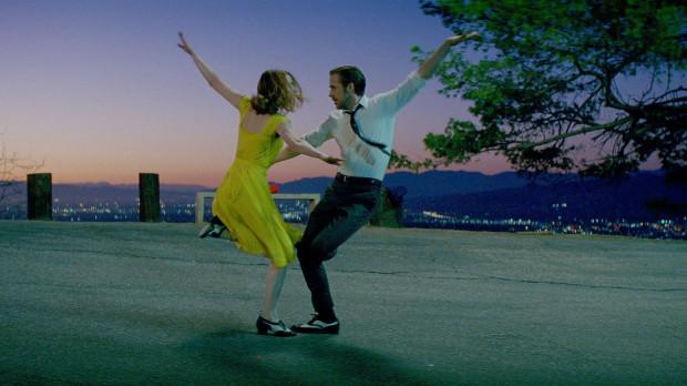 Damien Chazelle bezbłędnie oddał klimat klasycznych musicali rodem z Hollywood. Zachował przy tym odpowiedni umiar i wyczucie, dzięki czemu nawet nieprzekonany do takiej konwencji widz szybko zapomni o tym, że musicale to nie jego bajka.