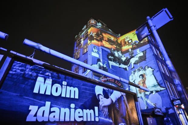 Robert Sochacki swoje wielkoformatowe projekcje pokazuje na ulicach Trójmiasta od lat. Nz. praca pokazywana podczas festiwalu Narracje w 2010 roku.