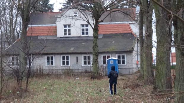 Jakub podczas eksploracji opuszczonego budynku na terenie Trójmiasta.
