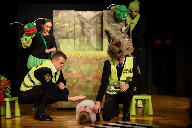 Integralną częścią spektaklu jest pouczenie w wykonaniu przedstawicieli Straży Miejskiej w Gdańsku, którzy informują dzieci m.in., jak należy się zachować po zgubieniu się w centrum handlowym, czy jak reagować na atak groźnego psa (na zdjęciu).