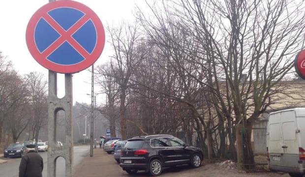 Kierowcy notorycznie zostawiają samochody pod szpitalem mimo oznakowania.