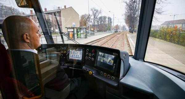 Wnętrze kabiny nowego tramwaju ma być lepiej dostosowane do potrzeb motornicznych. Nz. kabina w Pesie Jazz Duo.