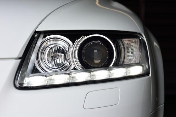 Nowe modele aut mają fabrycznie instalowane światła do jazdy dziennej. W starszych modelach można takie światła zamontować samodzielnie.