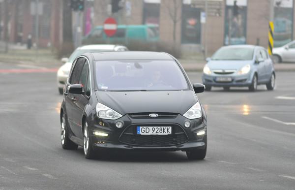Korzystanie ze świateł do jazdy dziennej w niekorzystnych warunkach atmosferycznych może zakończyć się dla kierowcy mandatem karnym.