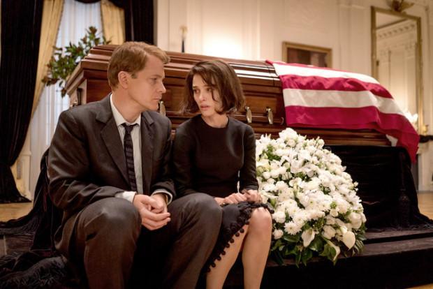 """""""Jackie"""" jest nie tylko bardzo sprawnie zrealizowanym filmem biograficznym. To również kino przyglądające się dramatowi osób, które muszą zmagać się ze śmiercią bliskich."""