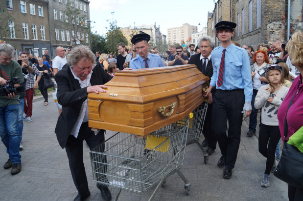 """Parady na FECIE przyciągają prawdziwe tłumy. Tak było m.in. podczas zwariowanej czarnej komedii """"Pogrzeb mamy"""" grupy Cie Cacahuète, pokazywanej w 2016 roku na Starym Przedmieściu i na Dolnym Mieście."""