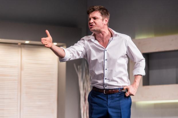 Rola Michała jest kluczowa dla powodzenia spektaklu. Szymon Sędrowski wywiązuje się ze swojego zadania bardzo dobrze.