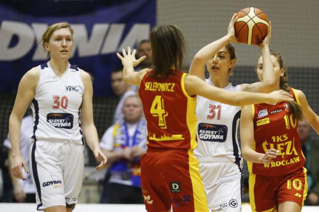 Karolina Puss (z piłką) pokazała w końcówce meczu ze Ślęzą, że pamięta jak grać skutecznie w koszykówkę.
