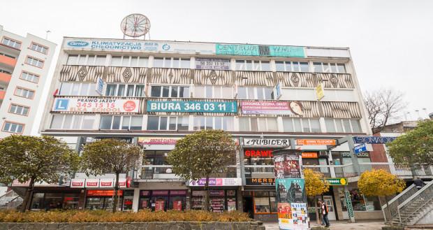 W budynkach z większą liczbą firm preferowane są tablice zbiorcze z ich spisem zamiast wieszania różnych nośników reklamy, zasłaniających elewację.
