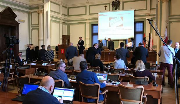 Wszystkie uchwały (16) zostały przegłosowane przez radnych.