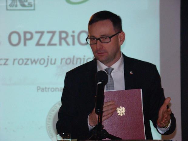 Daniel Obajtek to z wykształcenia magister inżynier ochrony środowiska. Od 2016 prezes Agencji Restrukturyzacji i Modernizacji Rolnictwa.