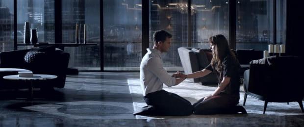 Jeśli tytułowa ciemniejsza strona Greya przebija się w którymś momencie na ekran, to bardziej dotyczy ona niejednoznacznej przeszłości bohatera, która nie daje o sobie zapomnieć. W aspekcie łóżkowych ekscesów nowa część niczym nas raczej nie zaskoczy, a już na pewno nie zszokuje, jak zapowiadały to materiały promocyjne.