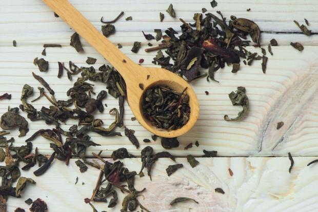 Parzenie herbaty dłużej niż 7 minut powoduje całkowite związanie teiny, a co za tym idzie - bardziej relaksujące działanie naparu.