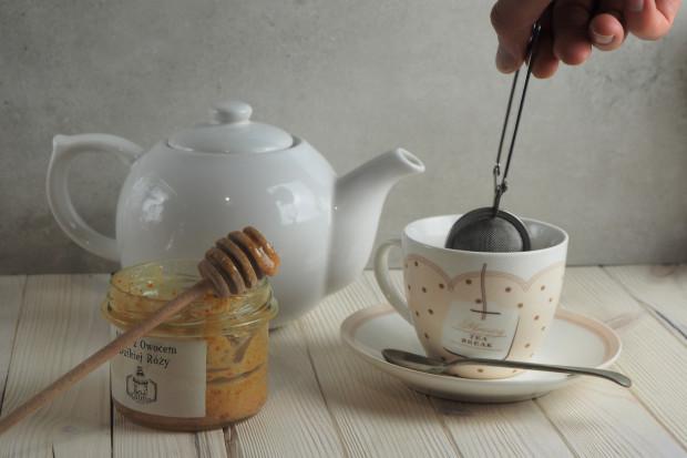 Wielu z nas siłą nawyku wrzuca torebkę herbaty lub łyżeczkę mielonej kawy do kubka i zalewa je wrzątkiem, ale czy taka forma przygotowywania tych napojów jest prawidłowa?