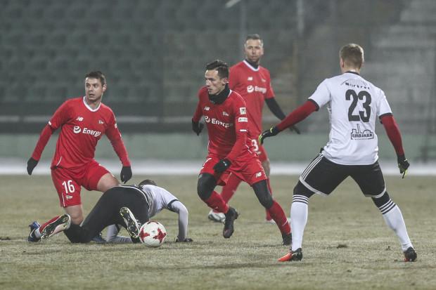 Ariel Borysiuk (nr 16) i Rafał Wolski (w środku) liczą, że wiosną powrócą do gry na najwyższym poziomie.