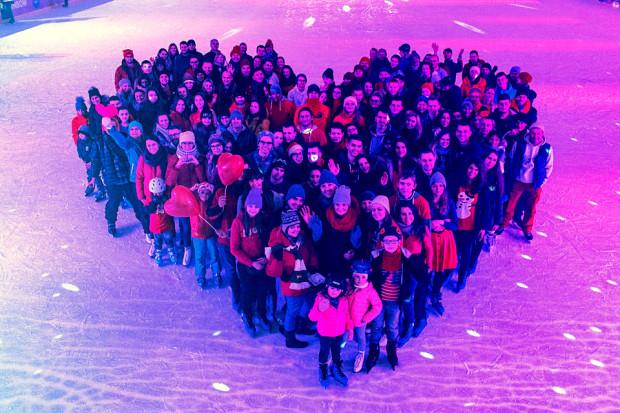 Uczestnicy imprezy uformowali wielkie serce na tafli lodowiska.