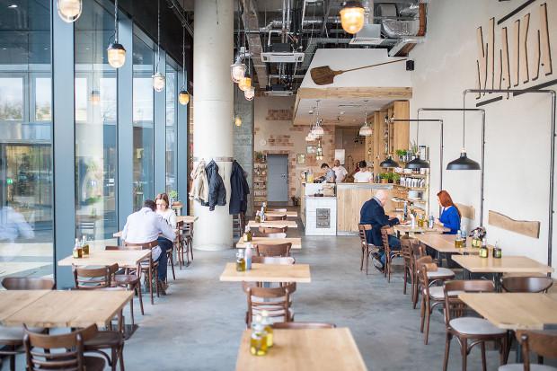 Na dworcu we Wrzeszczu restauracji nie ma, ale sytuację ratuje połączona z nim Galeria Metropolia, gdzie lokali jest kilka, m.in. włoska Mąka i Kawa.