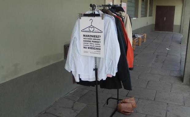 Pierwsze ubrania i obuwie dla potrzebujących już czekają.