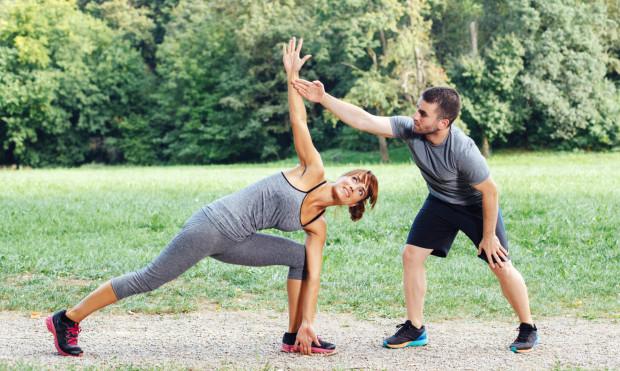 Zajęcia z trenerem personalnym odbywają się nie tylko pod dachem w klubach fitness czy w siłowniach, ale również na świeżym powietrzu.