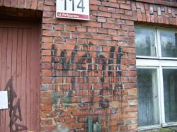 Na fasadzie domu przy ul. Partyzantów 114 w latach 30. wymalowano niemiecki napis zachęcający do udziału w wyborach. Gdy budynek zostanie rozebrany, napis przestanie istnieć. Do inwestora zgłosił się jednak kolekcjoner, który chciałby przejąć ten kawałek muru.