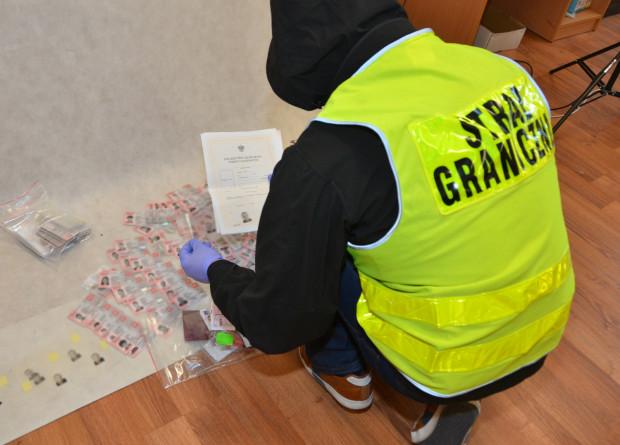 Podczas przeszukania mieszkań członków grupy znaleziono 170 różnych dokumentów. Część z nich była podrobiona.