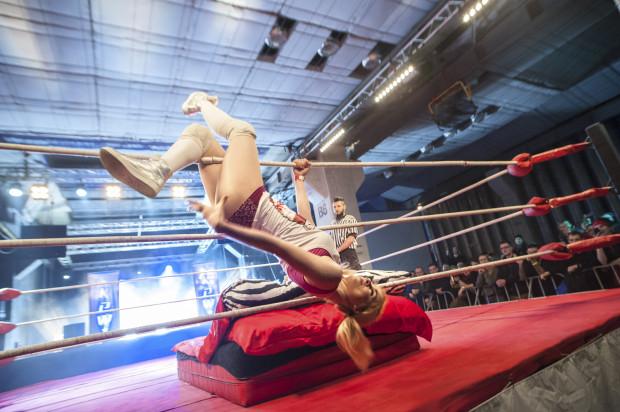 """""""Błędne jest przekonanie, że wrestling to udawanie, bo jeżeli ktoś podnosi cię na wysokość dwóch metrów i rzuca z całej siły na dechy, na których leży pobite szkło albo pinezki, nie ma możliwości, aby to nie bolało. Wszystko jest prawdziwe."""""""