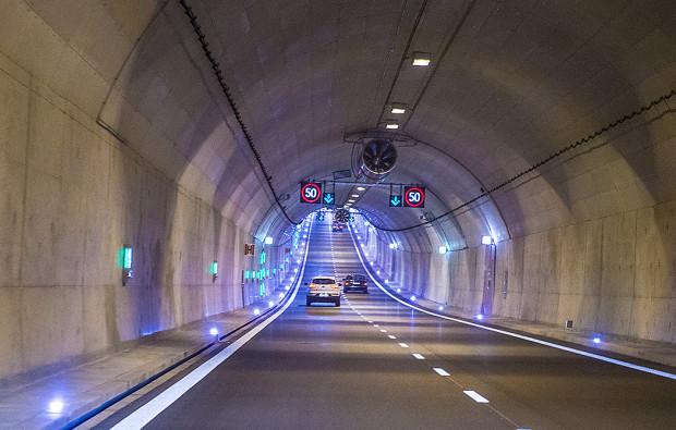 Od soboty przestaje obowiązywać w tunelu ograniczenie do 50 km/h. Od tego dnia można się nim poruszać o 20 km na godz. szybciej.