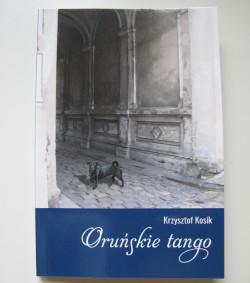 """Siedem opowiadań tworzących """"Oruńskie tango"""" rozgrywa się w dość obszernym przedziale czasowym - od połowy XIX wieku aż po współczesność. Kosik opiera ich fabułę na prawdziwych wydarzeniach i postaciach, które tworzyły historię tej niezwykłej dzielnicy."""