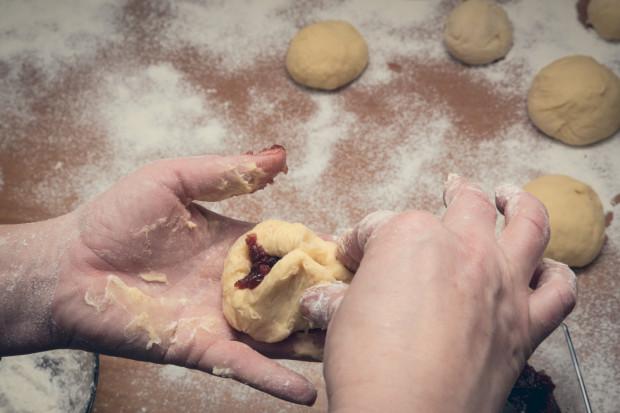 W tłusty czwartek wszystkie cukiernie przygotowują tysiące słodkich pączków.
