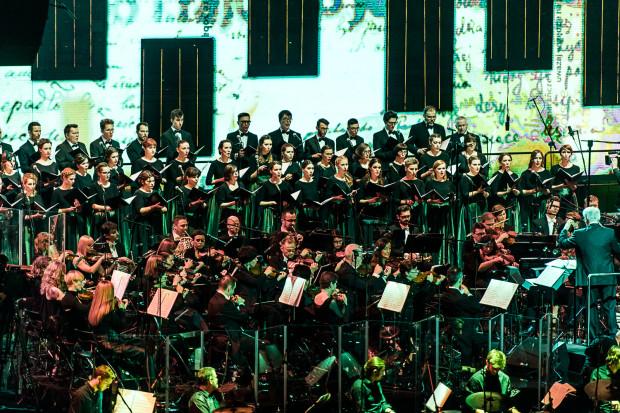 """Ponad 100 artystów, chór, 10 dynamicznych perkusji, multimedia z historycznymi fotografiami to największe, choć nie jedyne atuty widowiska """"Emigra - Symfonia bez końca"""" z muzyką Jana A. P. Kaczmarka."""