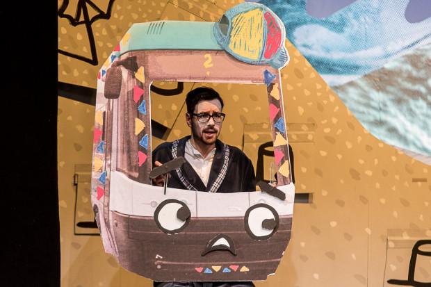 """W spektaklu """"Tramwaje"""" oglądamy przygody tramwaju Tebiego (granego przez Jakuba Ehrlicha), który bardzo chciałby mieć patrona, jak wszystkie pozostałe gdańskie tramwaje."""