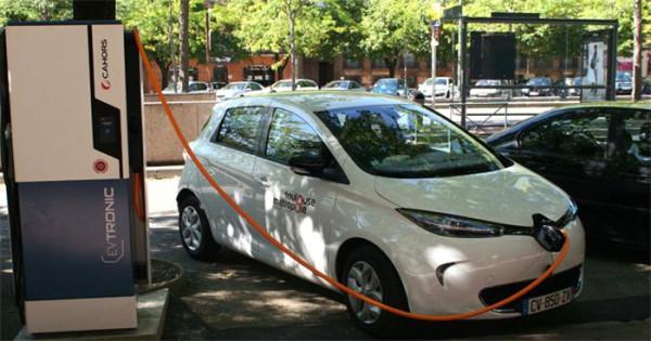 Wypożyczanie samochodów na minuty w ramach miejskich wypożyczalni staje się coraz popularniejsze na zachodzie Europy. Na zdjęciu takie auto należące do miejskiej wypożyczalni we francuskiej Tuluzie.