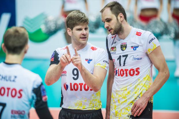 Przez 2 sezony Sebastian Schwarz (nr 9) był podstawowym przyjmującym w Lotosie Treflu Gdańsk. Teraz zagra w Jastrzębskim Węglu. Jego miejsce w składzie żółto-czarnych zajął Miłosz Hebda (17).