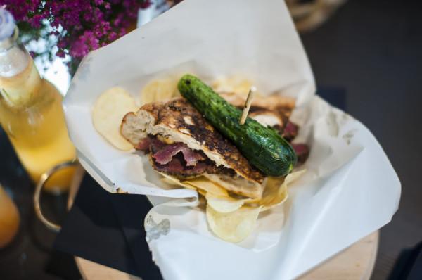 Pastrami, czyli marynowany i wędzony mostek wołowy to nowość w Trójmieście. Specjalizuje się w nim street-foodowy kolektyw PoKolei, który niebawem otwiera sezonowy bar w Gdańsku.