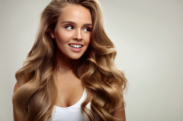 Suche i trudne do okiełznania włosy mogą być efektem częstego farbowania. Najczęściej sięgamy wtedy po wygładzające olejki i regenerujące maski.
