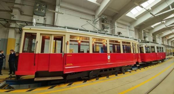 Tramwaj Ring (wagon po lewej) został pomalowany w powojenne gdańskie barwy.