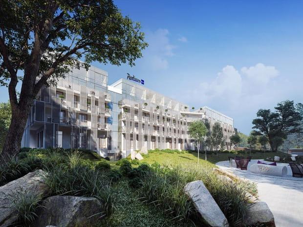 Wizualizacja. Hotel widziany od tyłu. Również po tej stronie otoczenie budynku zagospodarowane zostanie zielenią.