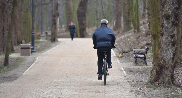 Ścieżka na falochron zachodni przyciąga wielu spacerowiczów i rowerzystów.