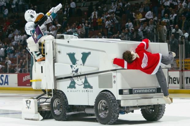 """W Stanach Zjednoczonych i Kanadzie bardzo popularne jest """"show"""" robione przez rolbistów podczas meczów NHL."""