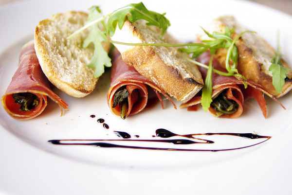 Friarielli Parma, czyli liście brokułu owinięte szynką parmeńską, podane z ciabattą i oliwą.