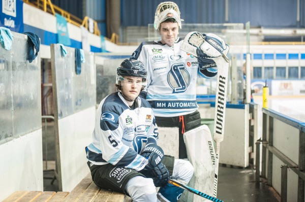 Hampus Falk (siedzi) jest pod ogromnym wrażeniem zaangażowania z jakim jego koledzy walczyli o utrzymanie ekstraligowego hokeja w Gdańsku. Obrońca miał w tym sukcesie niemały udział.