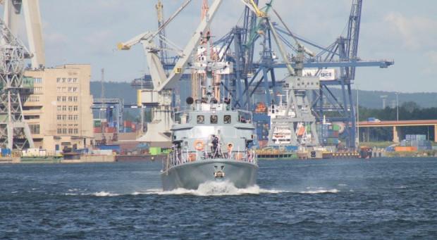 Nowe holowniki miały zastąpić obecnie eksploatowane jednostki stacjonujące w bazach morskich w Gdyni i w Świnoujściu. Kiedy i czy w ogóle powstaną, nie wiadomo.
