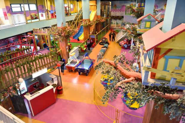 Sale zabaw, na których dzieci mogą bawić się korzystając ze specjalnych urządzeń i zabawek pod opieką dorosłych są dostępne już w większości centrów handlowych i rekreacyjnych.