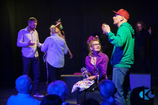 """Grupa Teatralna """"W Kaczych Butach"""", prowadzona przez Magdalenę Bochan-Jachimek, zagra podczas Spotkań Trójmiejskich Teatrów Niezależnych spektakl """"Umowa o arcydzieło"""" w sobotę 18 marca."""